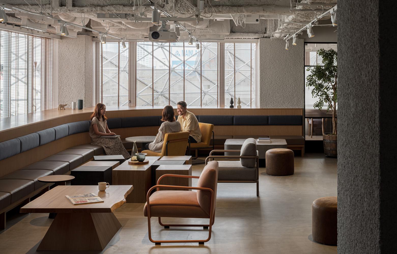 リモートやオフィスを組み合わせたハイブリッドワークで、これからのワークスタイルに変化をつける
