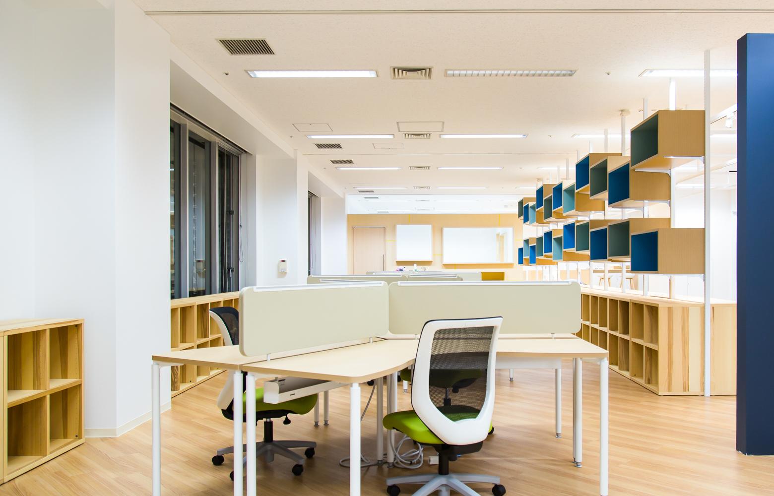 慶應義塾大学大学院メディアデザイン研究科 Work Space デザイン・レイアウト事例