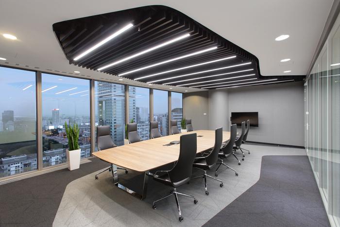 ビッグロゴが目を引く未来の職場オフィス / 海外オフィスデザインのまとめ / オフィスデザイン・レイアウト WORK KIT