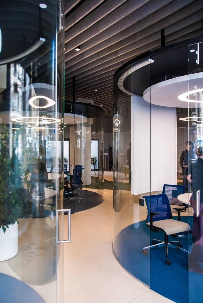 未来的なスケルトン会議室が並ぶオフィスレイアウト 海外オフィスデザインのまとめ オフィスデザイン・レイアウト