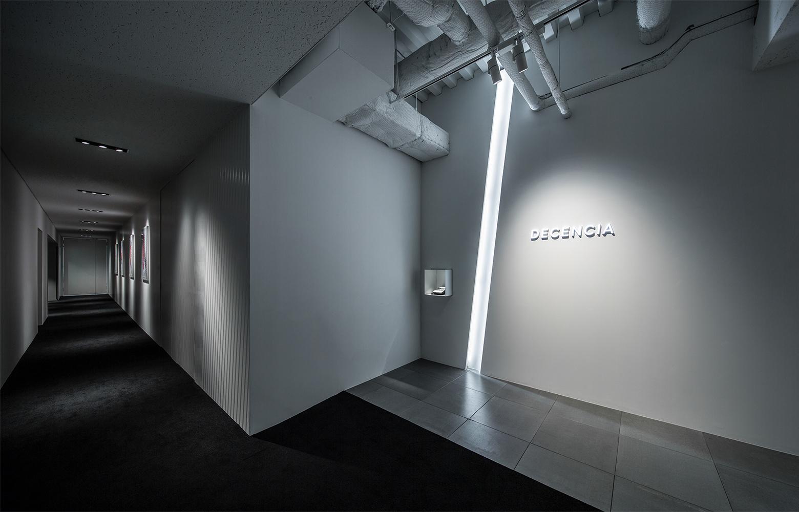 株式会社DECENCIA Entrance_3 デザイン・レイアウト事例