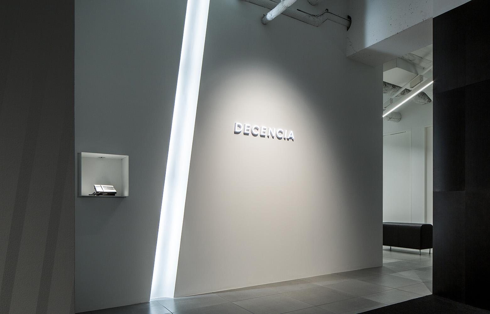 株式会社DECENCIA Entrance_2 デザイン・レイアウト事例